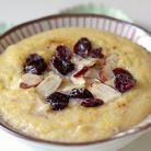 Mic dejun cu mamaliga, miere si fructe uscate