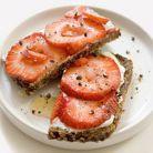 Sandvis cu branza si capsuni - o gustare de doar 150 de calorii