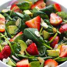 Salata verde cu capsuni, avocado si mac
