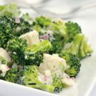 Salata de broccoli si conopida cu stafide si branza