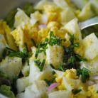 Salata cu oua fierte, piept de pui si avocado