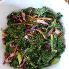Salata energizanta cu varza kale, varza rosie si seminte de susan