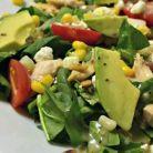 Idee de pranz energizant: salata verde cu avocado si seminte de pin