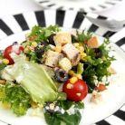 Idee de pranz de dieta: salata verde cu pui, porumb si masline