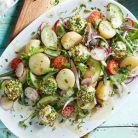 Salata cu cartofi fierti, branza de capra si rosii cherry