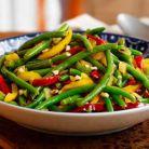 Salata calda cu fasole verde si ardei gras