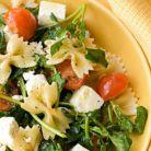 Idee de pranz rapid: salata cu farfalle, rosii cherry si spanac