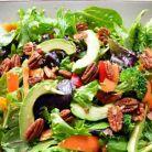 Salata de primavara cu verdeturi, nuci si avocado