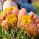 Mersul cu talpile goale prin iarba e terapie curata