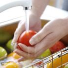 3 trucuri usoare ca sa elimini pesticidele de pe fructe si legume